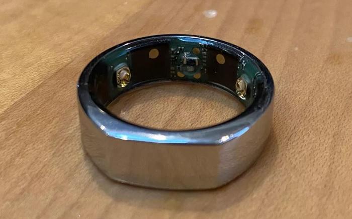 Được cấu tạo với 4 cảm biến và thiết bị đo hồng ngoại, gia tốc 3D, con quay hồi chuyển và cảm biến nhiệt độ cơ thể, cùng pin và chip điều khiển