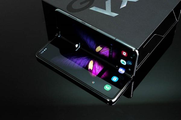 Galaxy Fold có thiết kế gập như cuốn sách trong khi Galaxy Fold 2 sở hữu thiết kế gập như vỏ sò