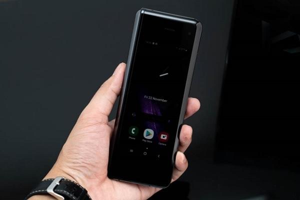 Galaxy Fold có màn hình lớn hơn Galaxy Fold 2 giúp người dùng có thể thao tác 3 ứng dụng cùng lúc